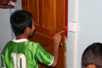 Kinder bei den Vorbereitungsarbeiten für die Eröffnung