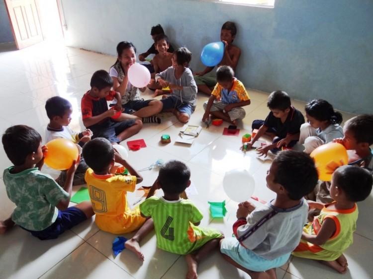 Die Kinder beim Spielen im Klassenraum