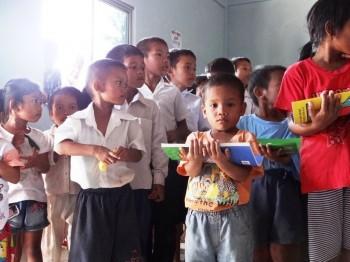 Geschenkübergabe im Waisenhaus
