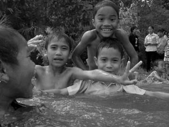 Die Kinder beim Baden am Baray Lake