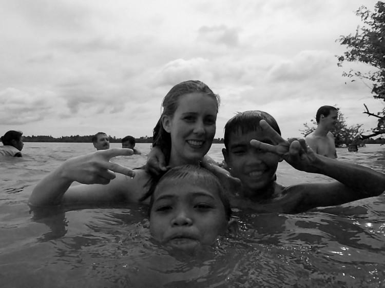 Vicky und die Kinder beim Baden am Baray Lake
