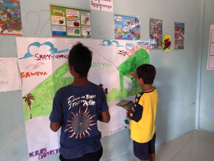Die Kinder zeichnen auf das Plakat