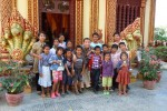 Savong und die Waisenkinder vor einem Tempel