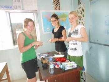 Sigrid, Anja & Julia beim Zahnbürsten beschriften