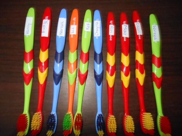 neue, beschriftete Zahnbürsten für alle