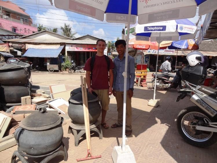 Seyha und Markus beim Mistkübel kaufen