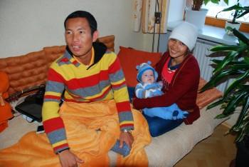 Anit und Savong mit dem kleinen Ferdi
