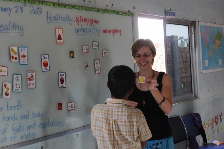 Manuela unterrichtet die Kinder