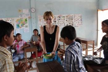 Manuela zeigt den Kindern das gekaufte Obst