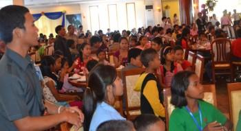 Die Kinder beobachten gespannt den Vortrag