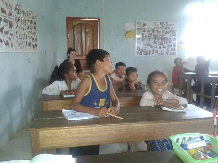 Waltraud und die Kinder beim Unterricht