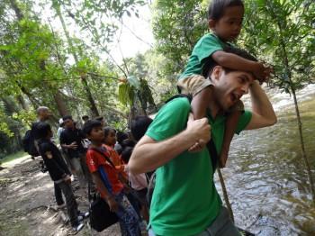 Dominik mit den Kindern am Weg zum Kulen Mountain