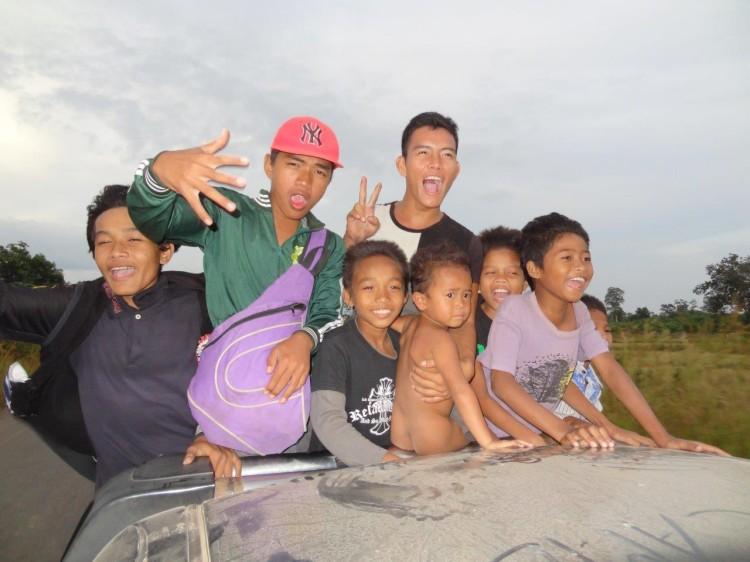 Die Kinder auf dem Pickup-Truck