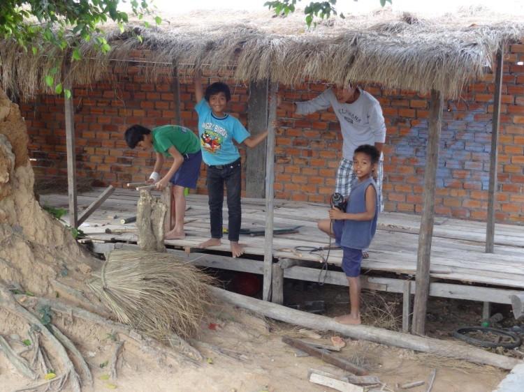 Die Kinder helfen mit