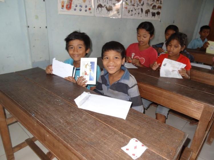 Kinder bekommen Briefe aus Österreich