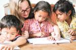 Claudia und die Kinder beim Unterricht