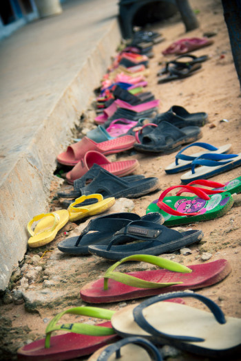 Schuhe vor dem Klassenraum