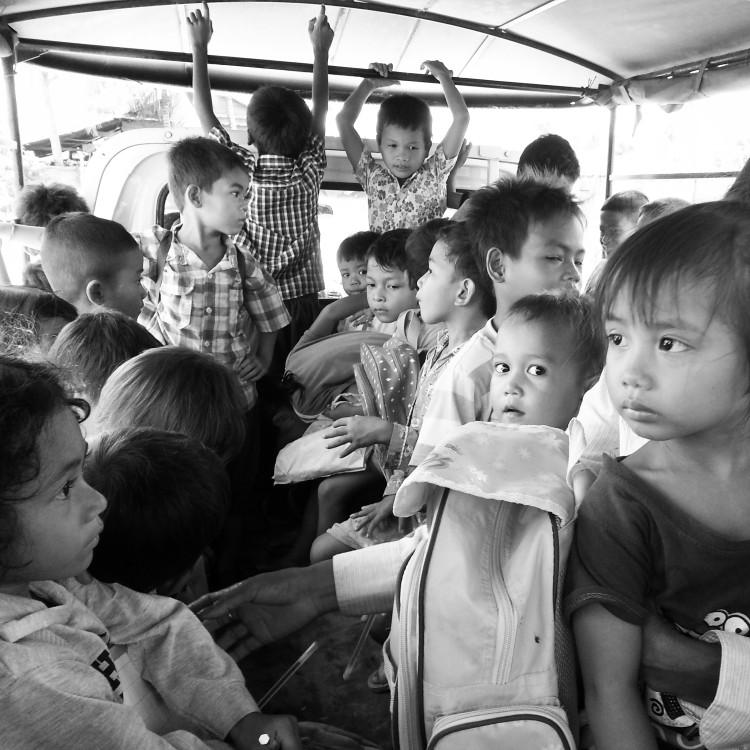 Die Kinder werden mit unserem Truck zurück nach Hause gebracht