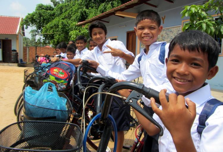 Kinder bekommen Fahrräder