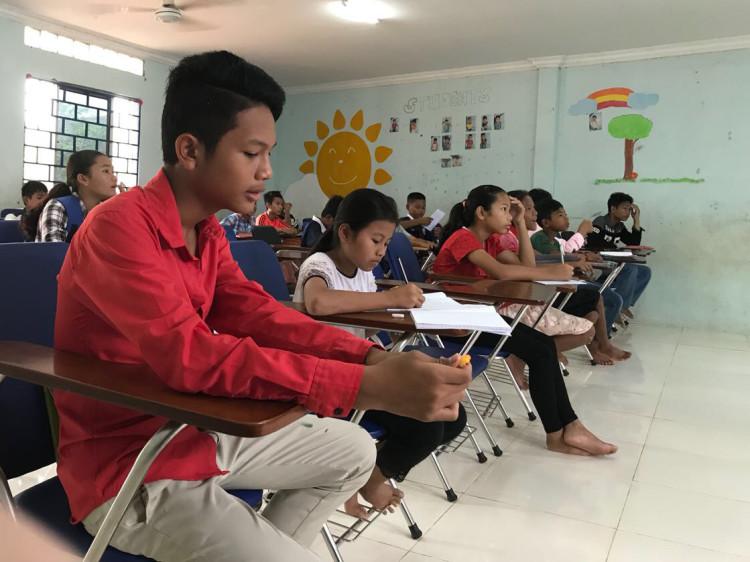 Kinder und Jugendliche beim Unterricht